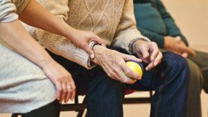 un volontario prende per mano un malato di SLA